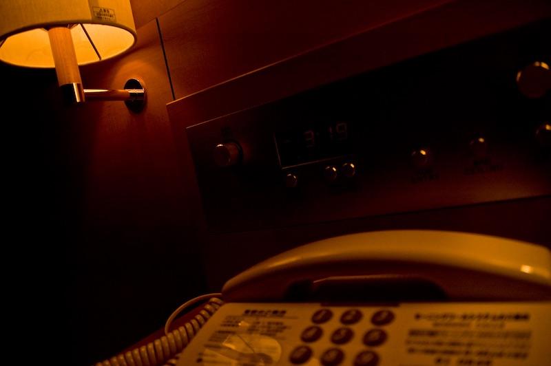 ホテルの照明は暗すぎ?寝るときの明るさが足りない