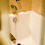 ホテルの浴室に入る前に衣類は客室で脱ぐのか、ユニットバス内で脱ぐのか